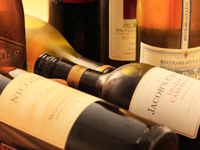 無造作に並べられたワインボトル