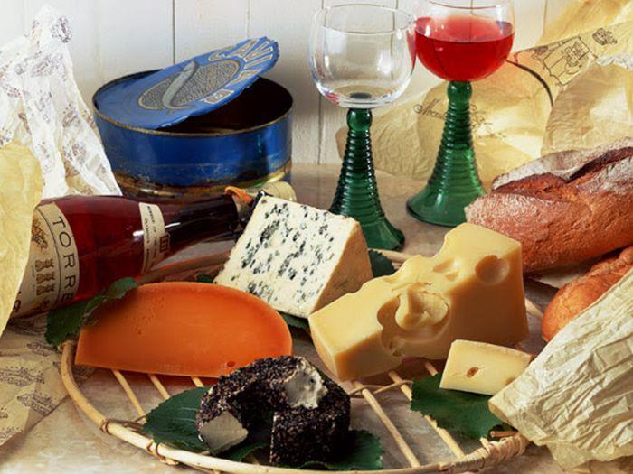 数種類のチーズとワイン
