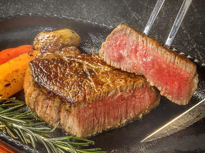 程よい赤みを残す牛ステーキ