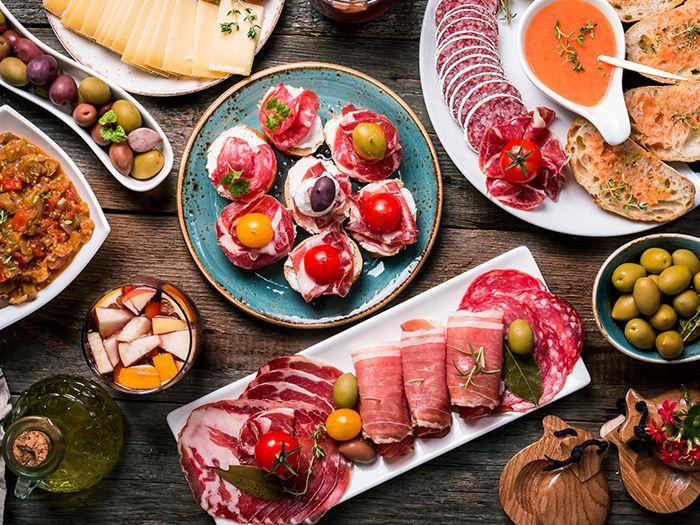 肉やオリーブなどのアラカルト料理