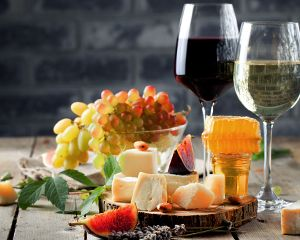 種類豊富なチーズとグラスワイン